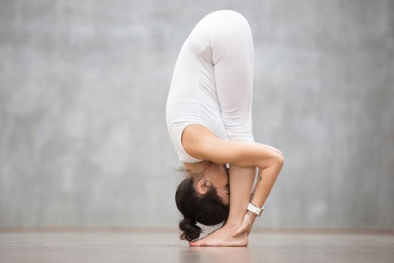 خم شدن با پاهای صاف در یوگا