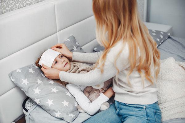 استفاده از دستمال نمدار برای کاهش تب