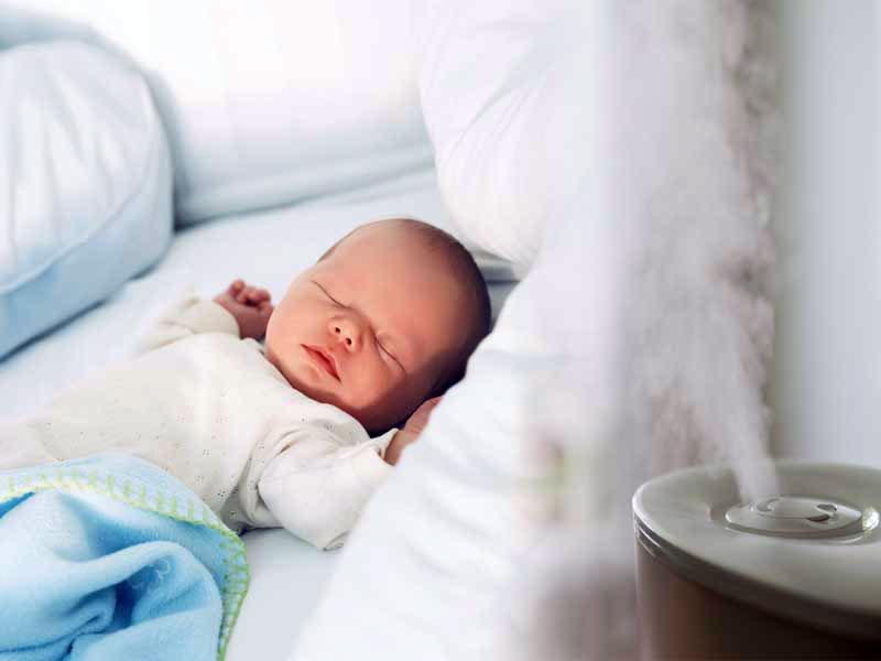 خوابیدن کودک با دستگاه بخور