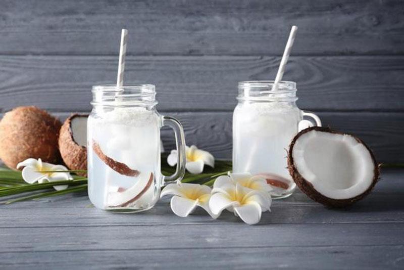 آب نارگیل یا آب کدام نوشیدنی برای بدن مفید است؟